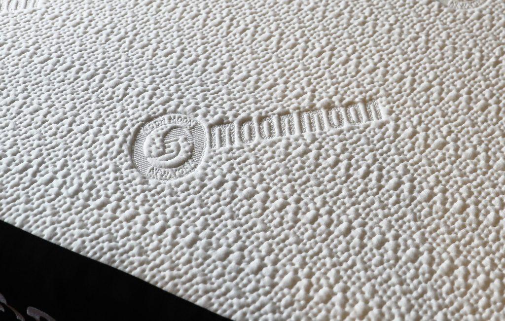 カバー表面のロゴ