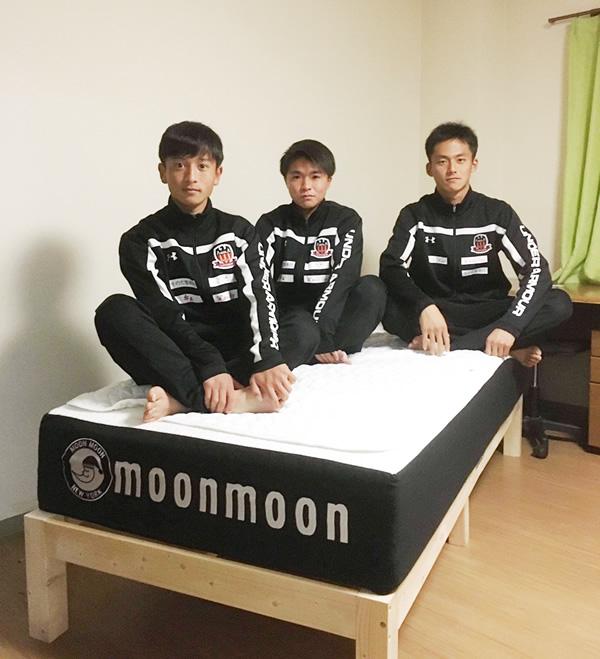 2020年度 第99回全国高校サッカー選手権大会熊本県大会を制し 全国大会へ進んだルーテル学院高校サッカー部の選手の多くが 生活する寮ではムーンムーンのマットレスが導入されています。